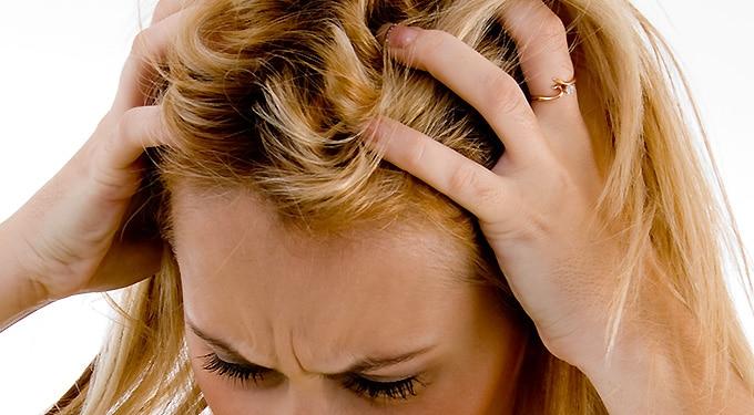 Viszkető fejbőr ‒ ezek a tényezők okozhatják