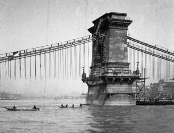 Így épült a Lánchíd és a földalatti: Régi fotókon a megszülető Budapest