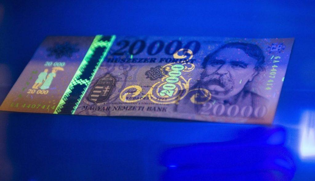 Így ismerd fel a hamis pénzt – 4 árulkodó jel, amire érdemes odafigyelni