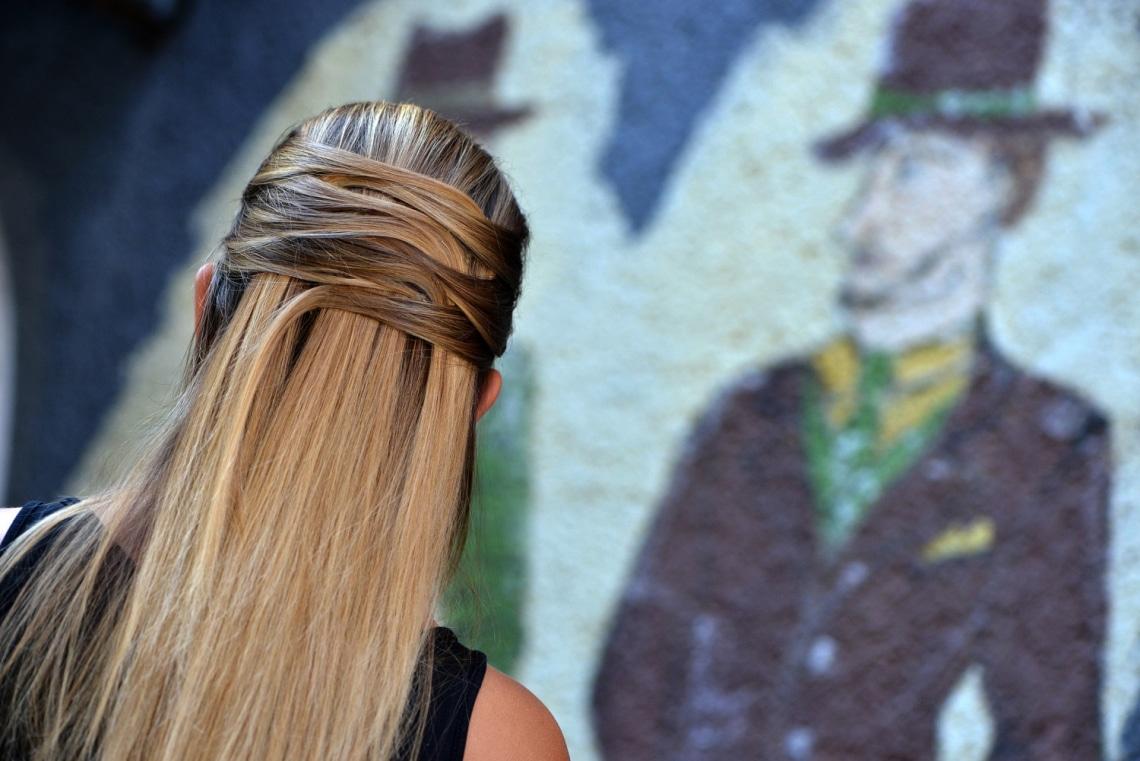 Így készíts látványos feltűzött frizurát néhány hullámcsattal