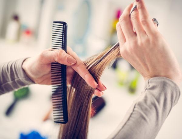Így vágd le a saját hajadat anélkül, hogy teljesen tönkretennéd