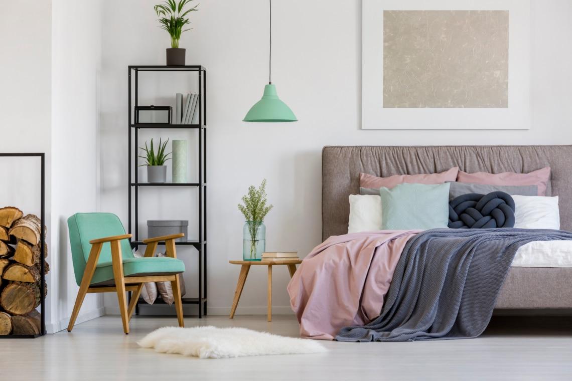 Így variáld a pasztell és az élénk színeket a nappalidban