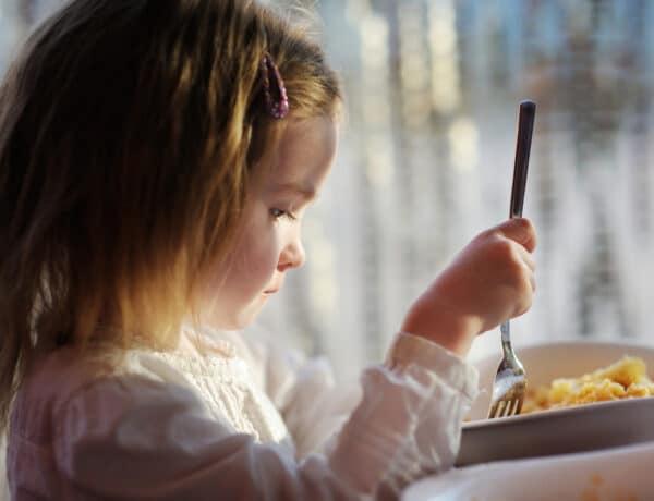 4 mondat, ami evészavart okozhat a gyerekednél – ezért kell kerülni őket