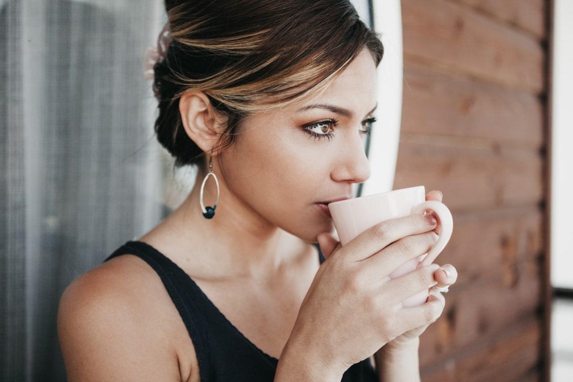 5 szuper módszer: így idd a kávét, hogy ne színezze el a fogaidat