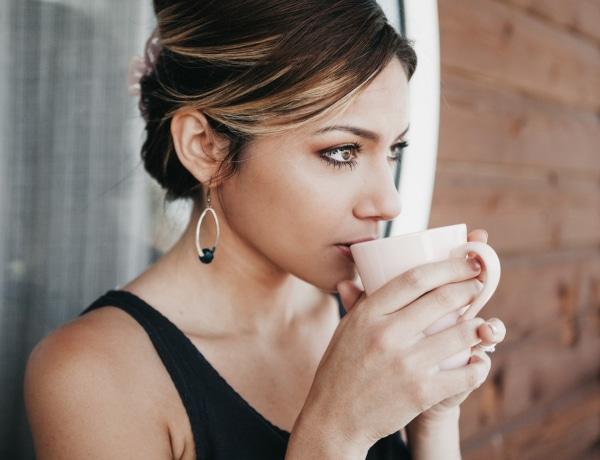 5 szuper módszer, amivel megelőzheted, hogy a kávé elszínezze a fogaidat