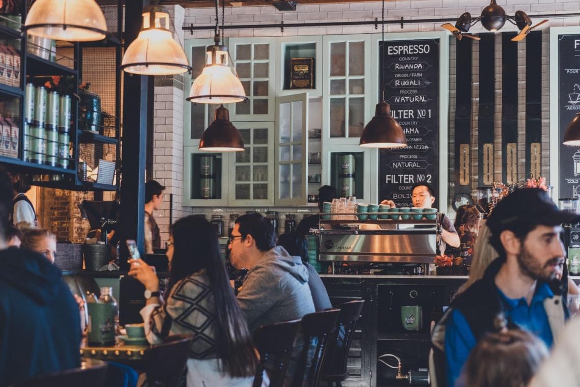 6 pszichológiai trükk, amit az éttermek bevetnek, hogy többet költs