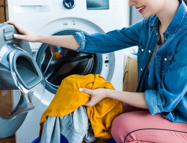 Nyálkás, büdös mosógép, dohos mosott ruhák – így tisztíthatod ki fillérekből