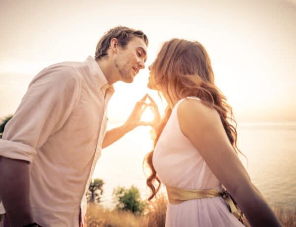 Ahogy a szerelmet éreztetjük egymással – Te melyik szeretetnyelvet beszéled?