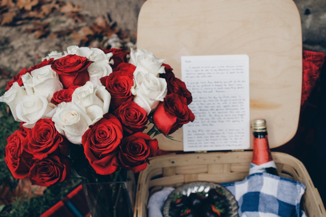 Ezt szimbolizálja igazából az, hogy milyen színe van a rózsának