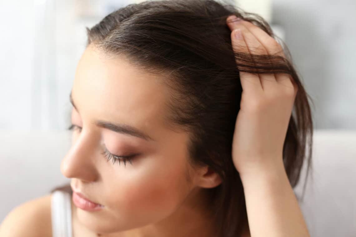 Hullik a hajad? Ártalmatlan vitaminhiány, de belső szervi gond is okozhatja