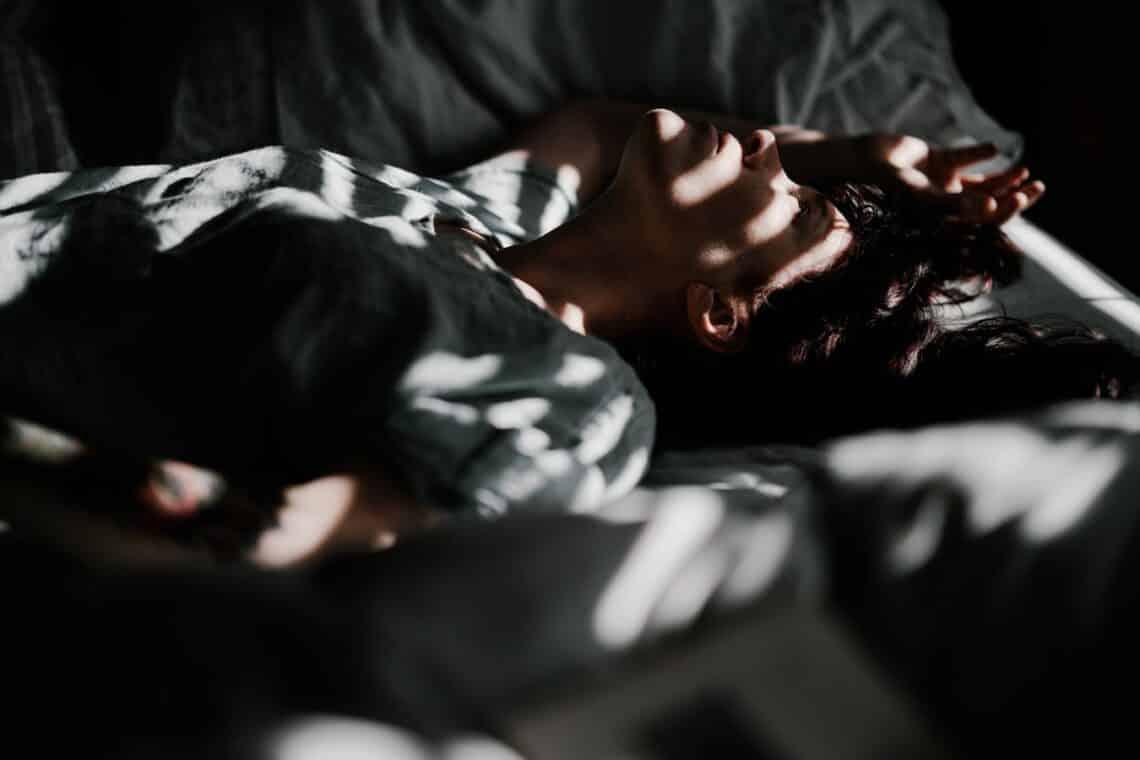 Mindig felébredsz az éjszaka közepén? Ez lehet az oka