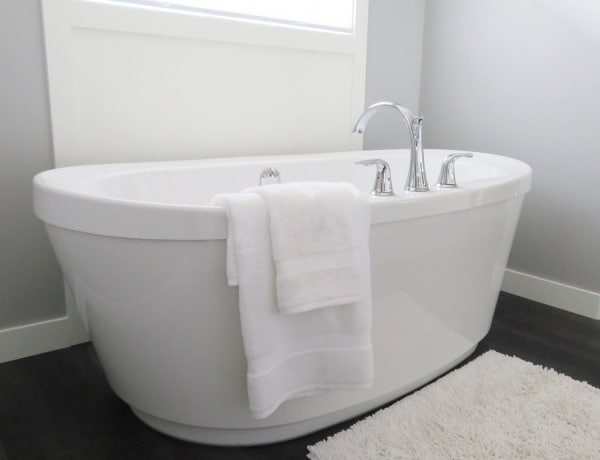 5 olcsó megoldás a fürdőszoba csillogó takarításához