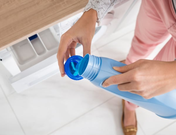 7 dolog, amire az öblítőt használhatod az otthonodban – A mosáson túl!
