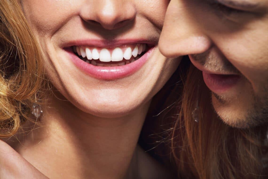8 házi fogfehérítő trükk, amellyel néhány árnyalatot világosíthatsz fogaidon