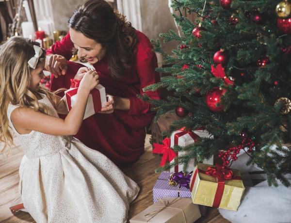 A legszuperebb karácsonyi ajándékok iskolás gyerekeknek, amiknek a szülő is örül