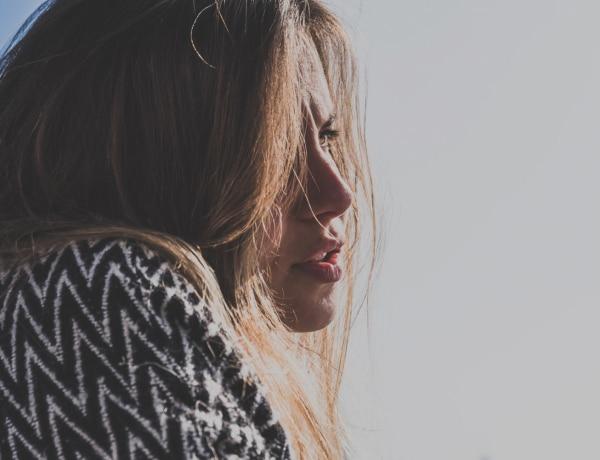 A nők hangja egyre mélyebb. Valóban az az oka, hogy régebben direkt beszéltek magasabb hangon?