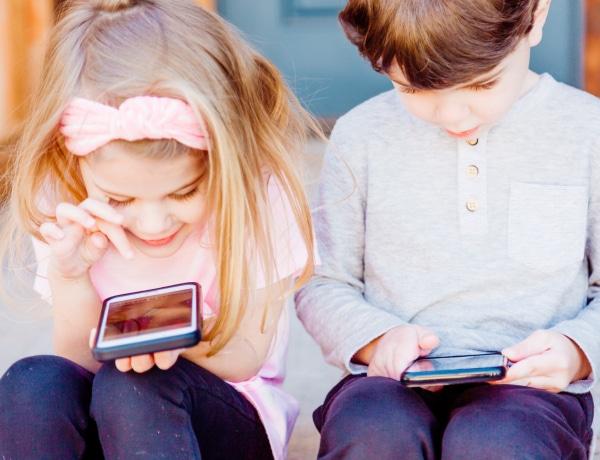 Az 5-10 évesek majdnem felének van már mobiltelefonja
