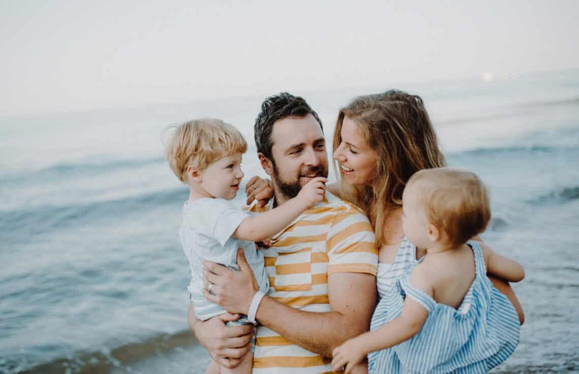 Az anyák a lányaikat, az apák a fiaikat szeretik jobban – de miért van ez?