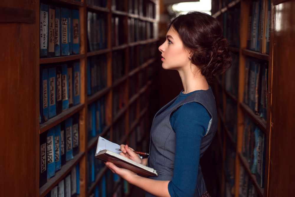 Az okos nők nehezebben találnak párt – miért is van ez?