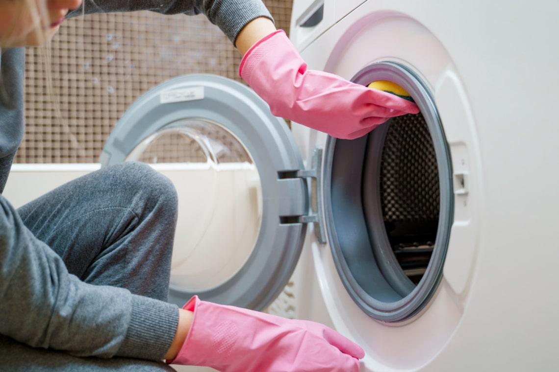 Büdösek a frissen mosott ruháid? Így tisztítsd ki a mosógéped
