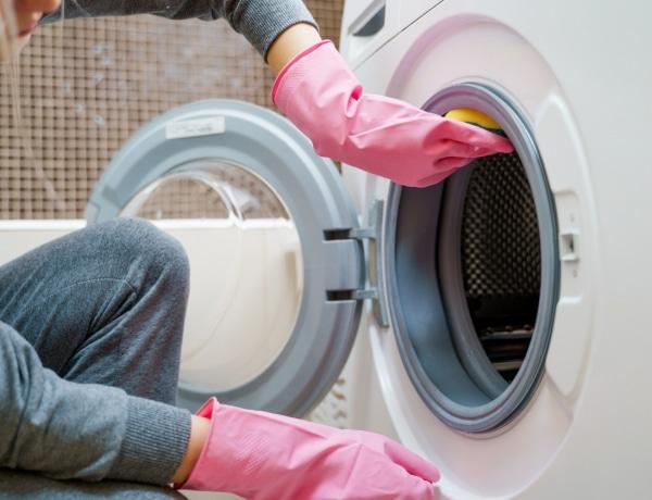 Büdösek a frissen mosott ruháid? Így tisztíthatod ki a mosógéped