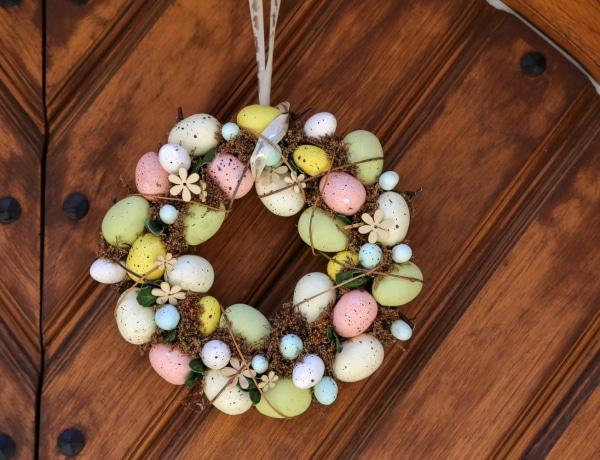 Csodaszép tavaszi ajtókopogtatók – 10 inspiráló koszorú és dísz a virágos évszak jegyében