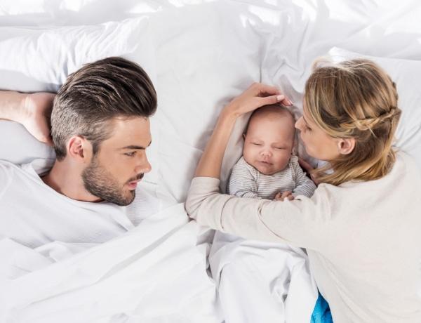 Együtt alvás a babával? A pszichológus véleménye arról, meddig egészséges