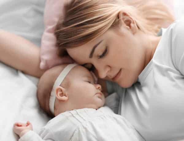 Együttalvás az újszülöttel: tényleg veszélyes, vagy segíti a kötődést?
