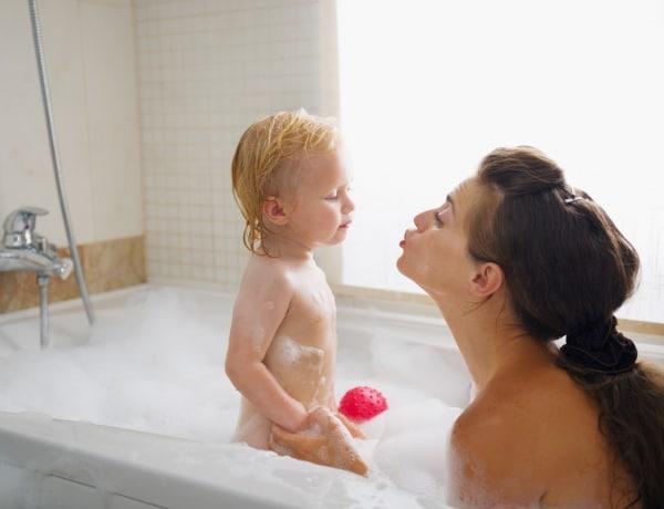 Egy kádban fürdőzöl a babával? Elmondjuk, mi a szakemberek véleménye erről