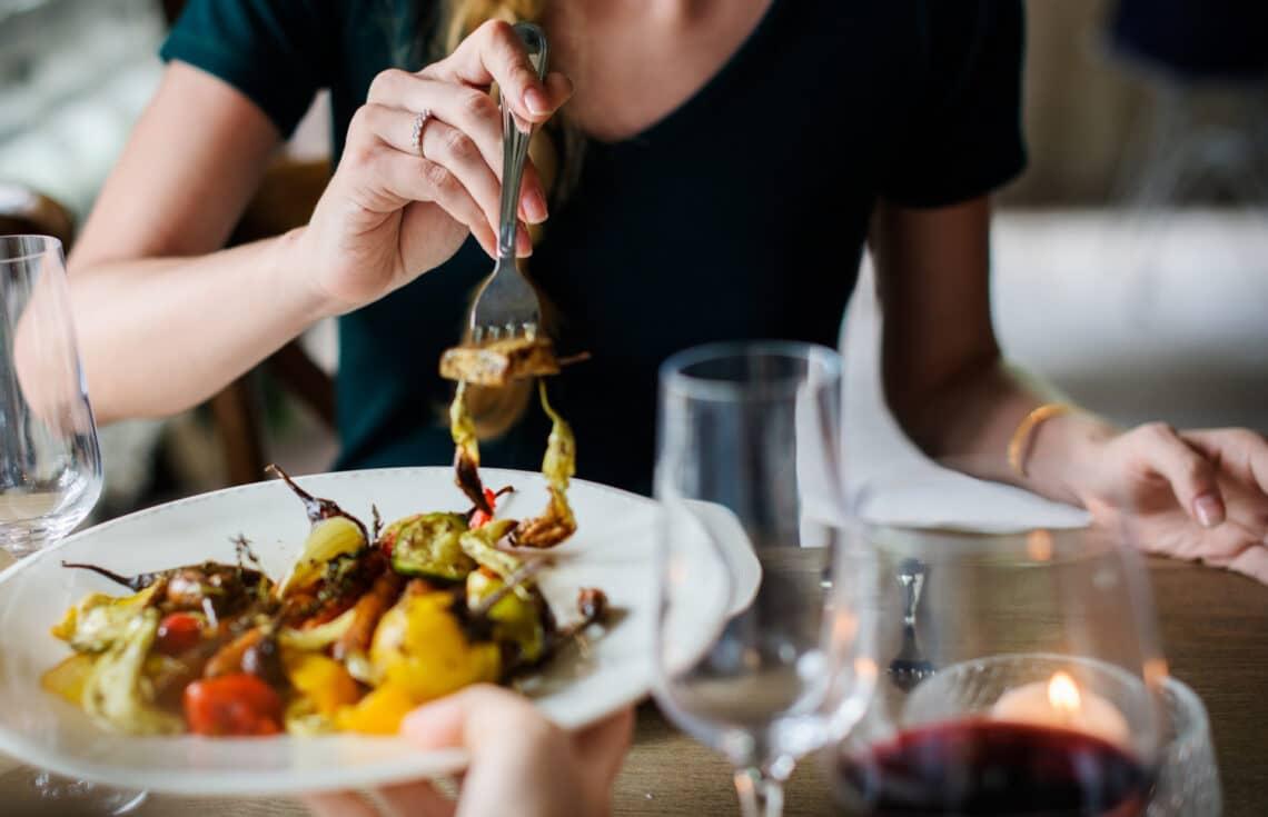 Ennyivel eszel egészségtelenebbül, ha nem magadnak főzöl – mutatjuk, mennyivel több zsírt és kalóriát fogyasztasz ilyenkor
