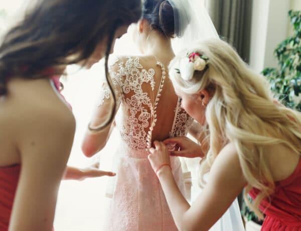 Esküvői hagyomány, meglepő háttérrel: ezért viselnek ugyanolyan ruhát a koszorúslányok