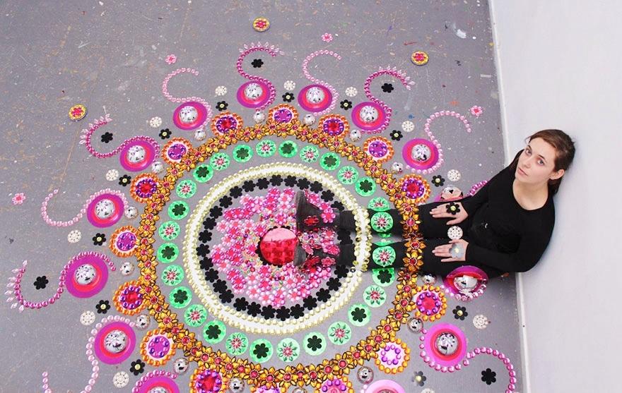 Ezt látnod kell! Lenyűgöző óriás mandalákat készít egy művész