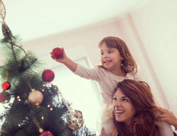 Ezt válaszold a nehéz kérdésre: Hogy kerül az ajándék a fa alá? Gyakorló anyukák mesélnek