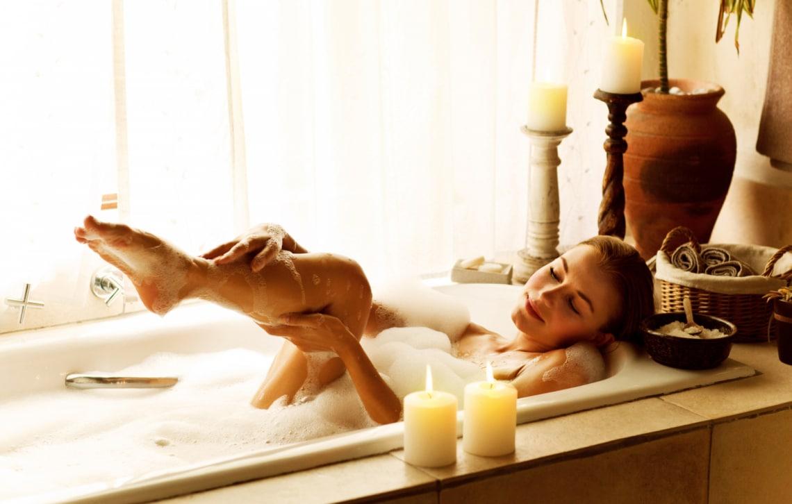 Forró fürdők, amik nem szárítják ki a bőrödet: így tedd hidratáló élménnyé a pancsolást