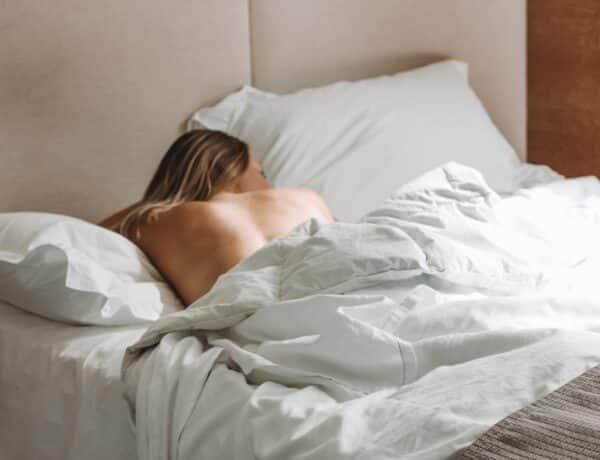 Háton vagy oldalt fekve kényelmes? Ezt jelenti, hogy milyen pózban alszol