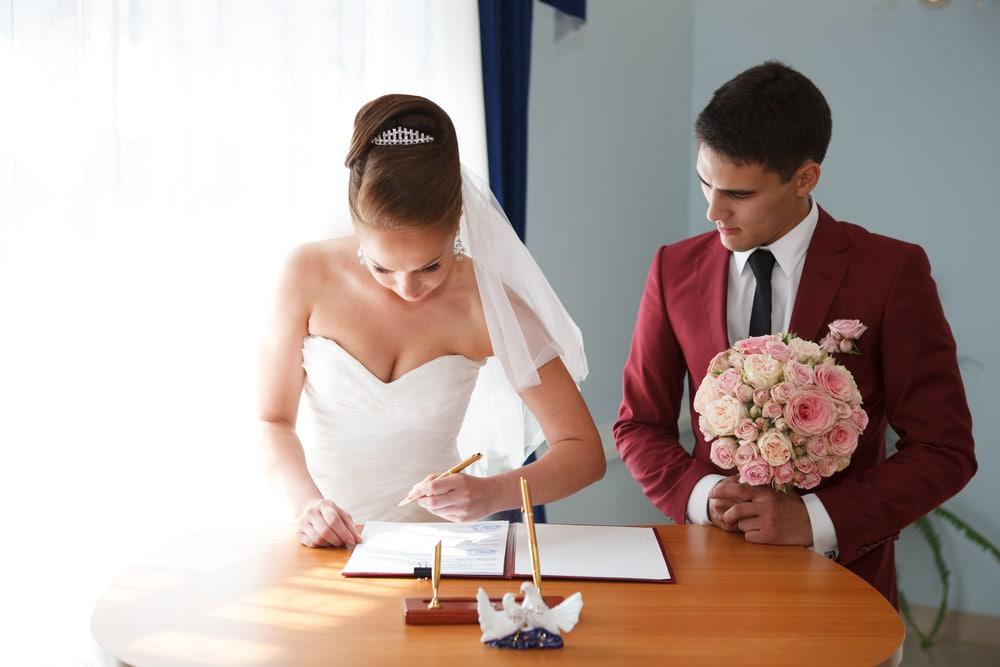 Házasság utáni névváltoztatás: csodás tradíció, vagy felesleges papírmunka?