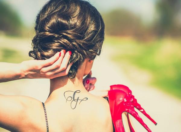 Hogyan tüntetheted el a tetoválást sminkkel? Szakértőnk elárulja!