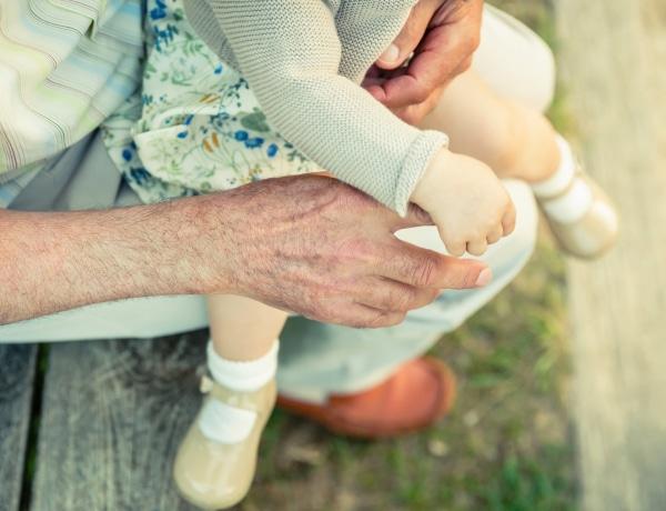 Ilyen nincs! A bürokrácia szakítja el az árva kislányt kétségbeesett nagyszüleitől