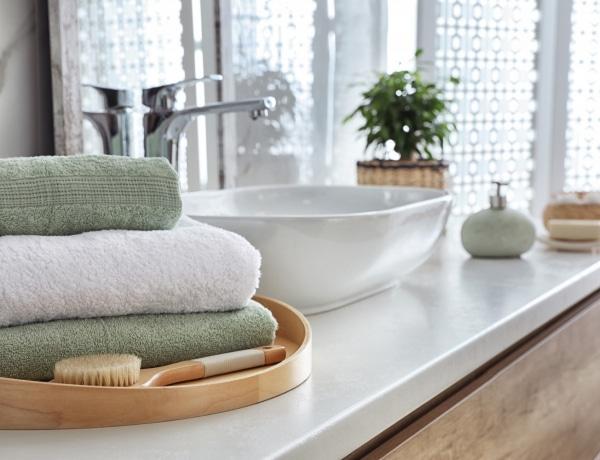 Kicsi fürdőszobában is lehet tárolni! 10 trükkös megoldás