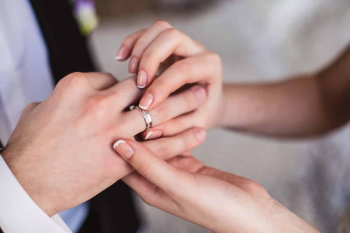 Megkérnéd a pasid kezét? Ez ma már olyannyira nem tabu, hogy kaphatóak férfi jegygyűrűk is