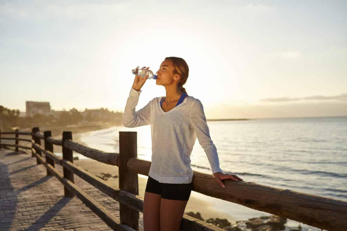 Mi történik a testeddel, ha egy liternél kevesebbet iszol naponta? – 5 kétségbeejtő hatás