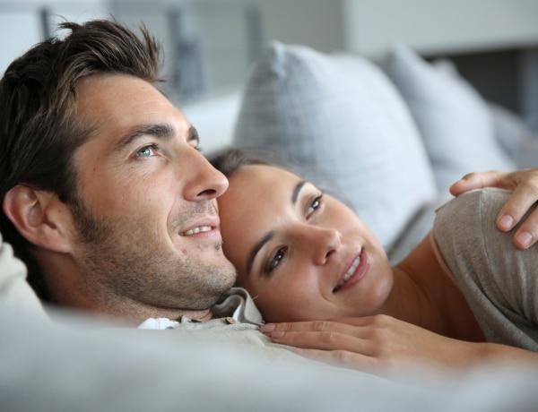 Mit csináltok elalvás előtt? Esti szokások, amikre észrevétlenül is rámehet a kapcsolatod