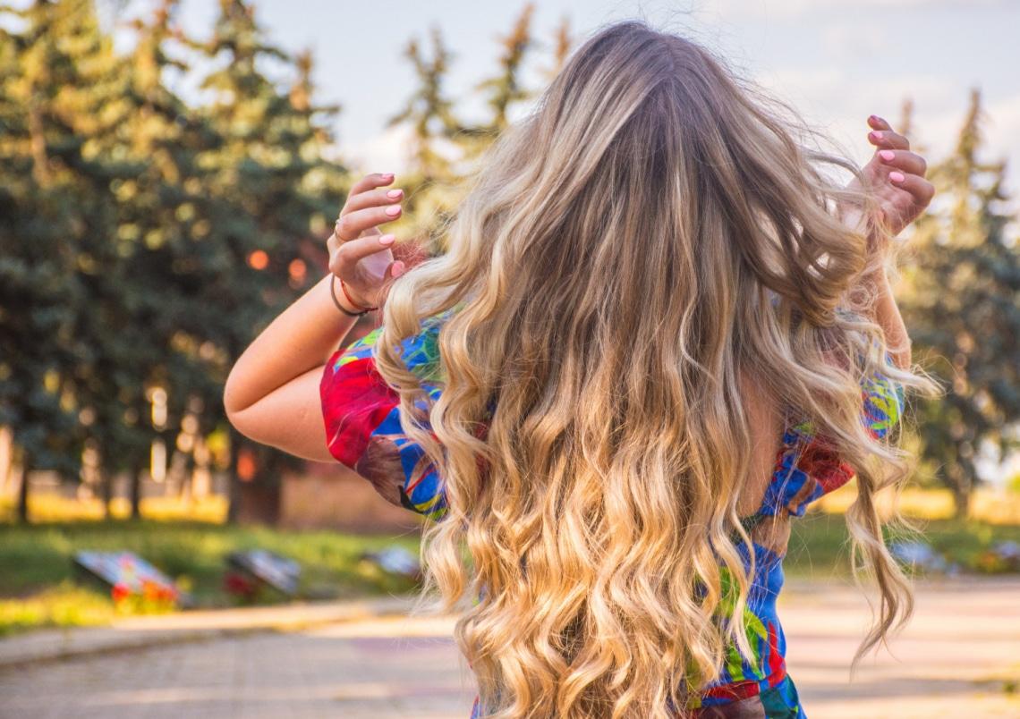 Nagyon hullik a hajad? 5 tudományosan elismert módszer, amivel véget vethetsz ennek