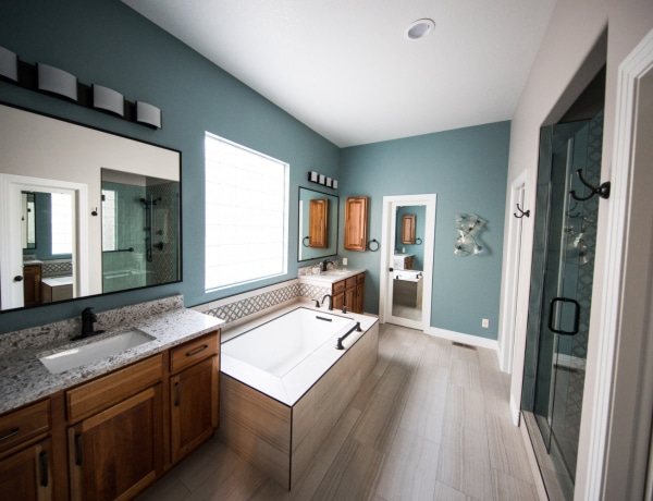 Nem csak a fehér lehet opció: a 10 legszebb szín aprócska fürdőszobákhoz