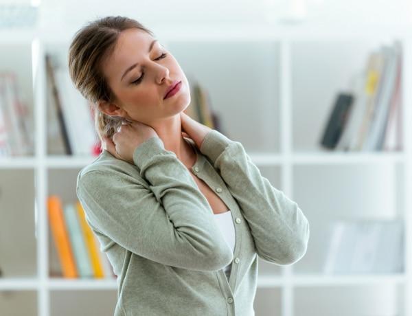 Otthoni gyorssegély-tippek, ha elaludtad a nyakad