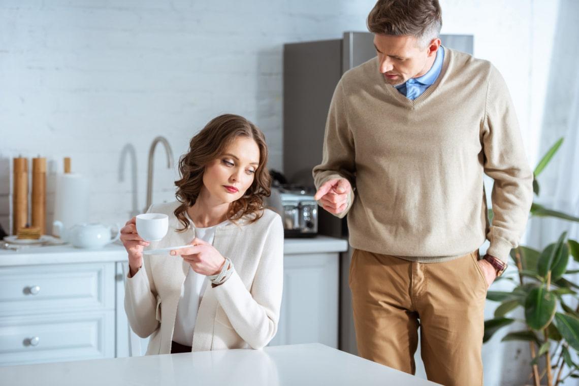 Pénzügyileg is lehet bántalmazni a párunkat! A párkapcsolati erőszak gyakori formája