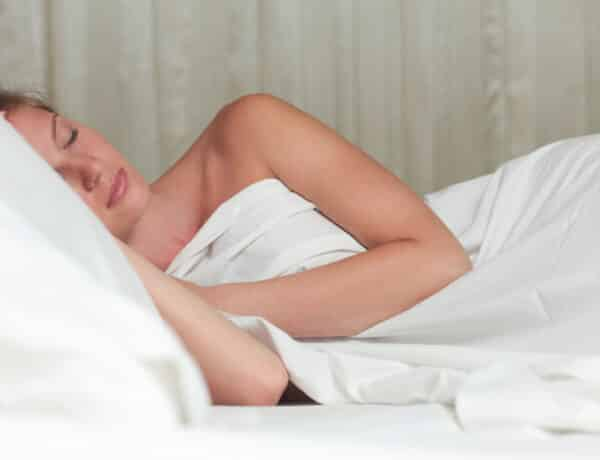 Ruha nélkül aludni nem csak csábító – számos előnye van ennek az egyszerű rutinnak
