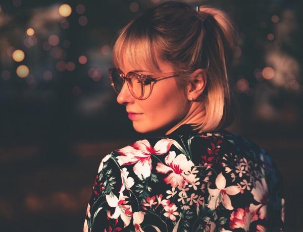 Szuper sminktrükkök szemüvegeseknek – ha mindig lecsúszik a szemüveg