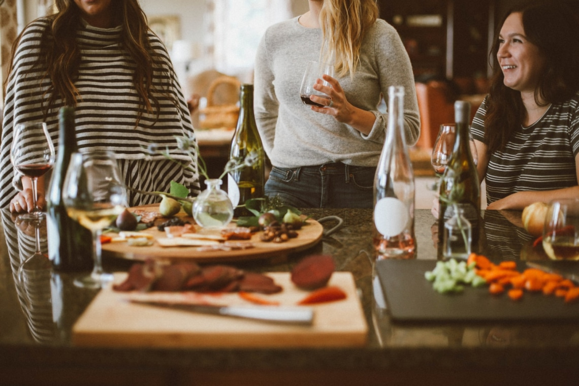 Társaságban nehezen oldódsz fel? 6 tipp, amivel fesztelenül viselkedhetsz az ismerőseiddel