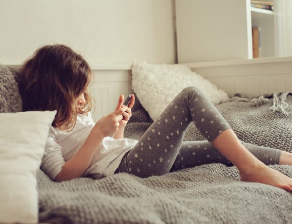 """TV, telefon, tablet a kicsik kezében? A mai gyerekekre már nem annyi """"képernyő-bámulás"""" vonatkozik, mint szüleikre"""